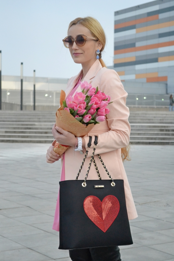 signaturebymm, signature by m&m, madalina misu, fashion, blog, blogger, moda, palton brand circus, stradivarius, palton roz pastelat, pastel pink coat, geanta love moschino cu inimioara, love moschino bag, cizme peste genunchi cu toc bagatt, bagatt over the knee boots, mamiche boutique, dres penti, dres cu inimioare, outlet, ceas fossil, fossil white watch
