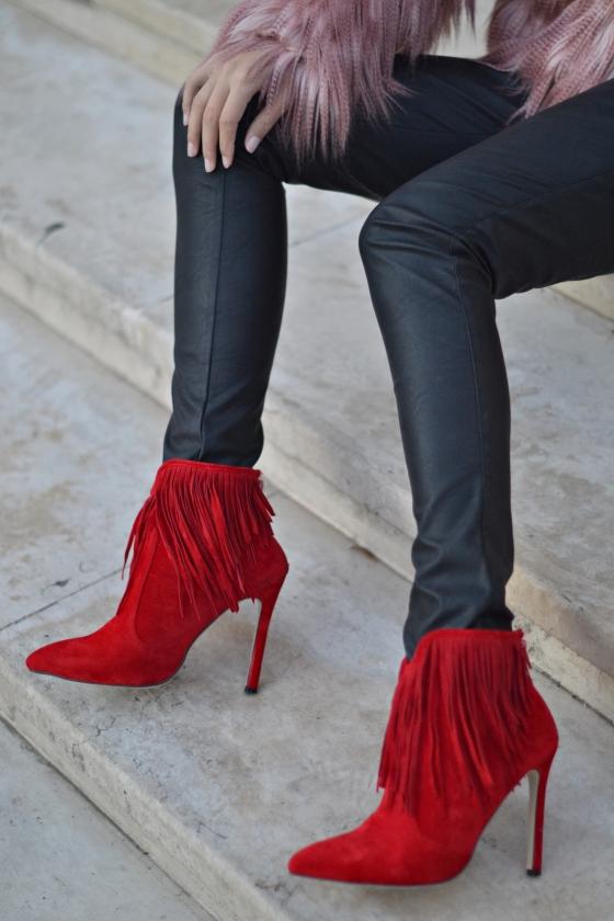 madalina misu, blog, blogger, fashion blog, top bloggeri, ootd, signaturebymm, signature by m&m, choies, fringed boots, botine cu franjuri, cum sa porti botinele cu franjuri, blanita roz, pink faux fur coat, how to wear the fringed boots, pantaloni din piele si botine cu franjuri, franjuri trend, franjuri 20152016, jacheta din bșana artificiala cream, fashion days, botine choies, red fringed boots