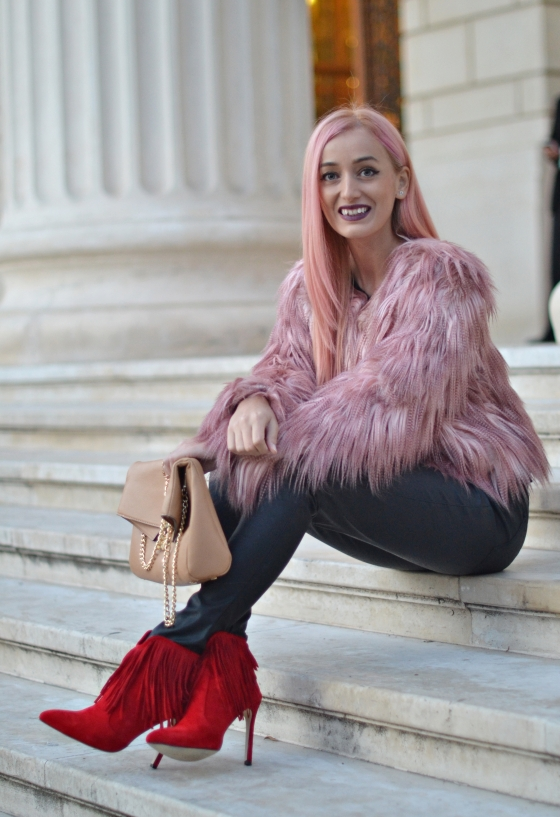 madalina misu, blog, blogger, fashion blog, top bloggeri, ootd, signaturebymm, signature by m&m, choies, fringed boots, botine cu franjuri, cum sa porti botinele cu franjuri, blanita roz, pink faux fur coat, how to wear the fringed boots, pantaloni din piele si botine cu franjuri, franjuri trend, franjuri 20152016, jacheta din bșana artificiala cream, fashion days, botine choies, red fringed boots