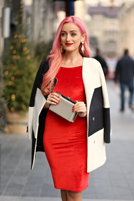 christmassy_outfit_red_velvet_dress_black_white_coat_she_in_madalina_misu (4)