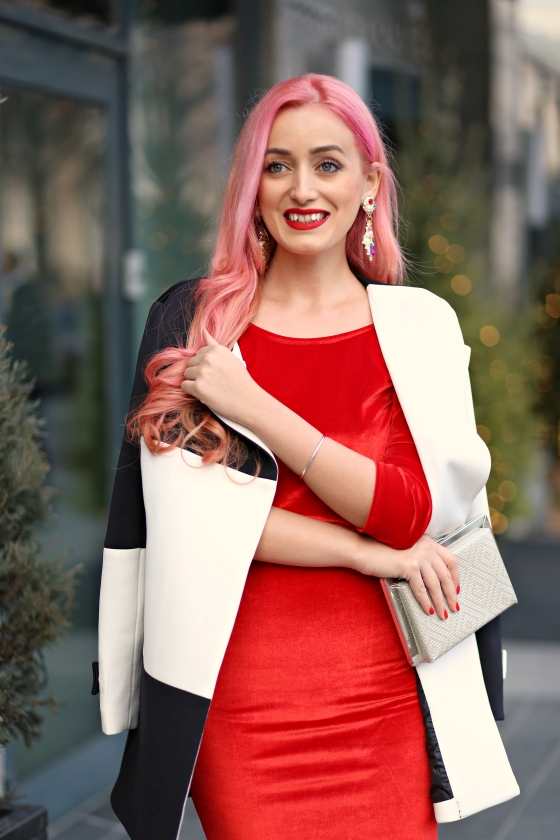 christmassy_outfit_red_velvet_dress_black_white_coat_she_in_madalina_misu (6)