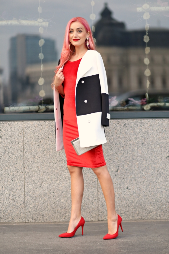 christmassy_outfit_red_velvet_dress_black_white_coat_she_in_madalina_misu (7)