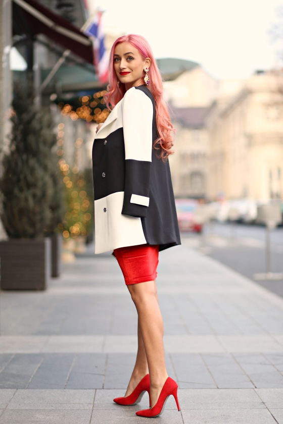 christmassy_outfit_red_velvet_dress_black_white_coat_she_in_madalina_misu (9)